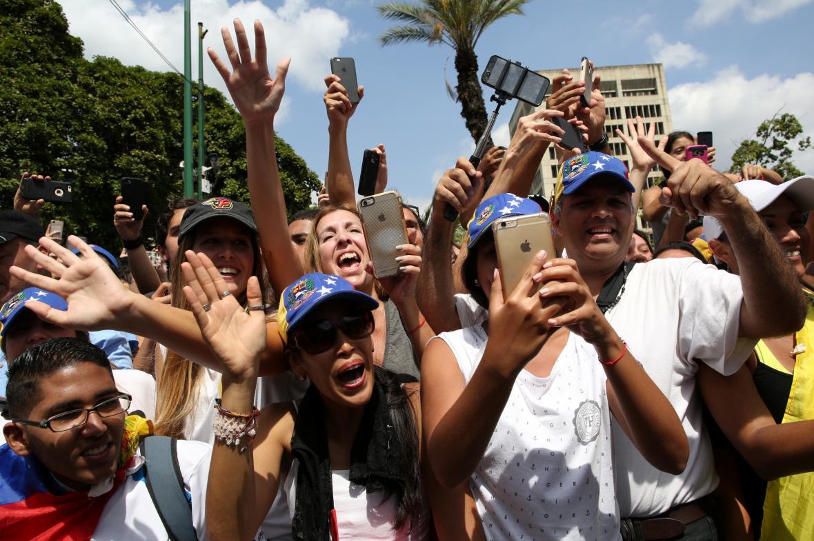 Příznivci venezuelské opozice na demonstraci proti Madurově vládě.
