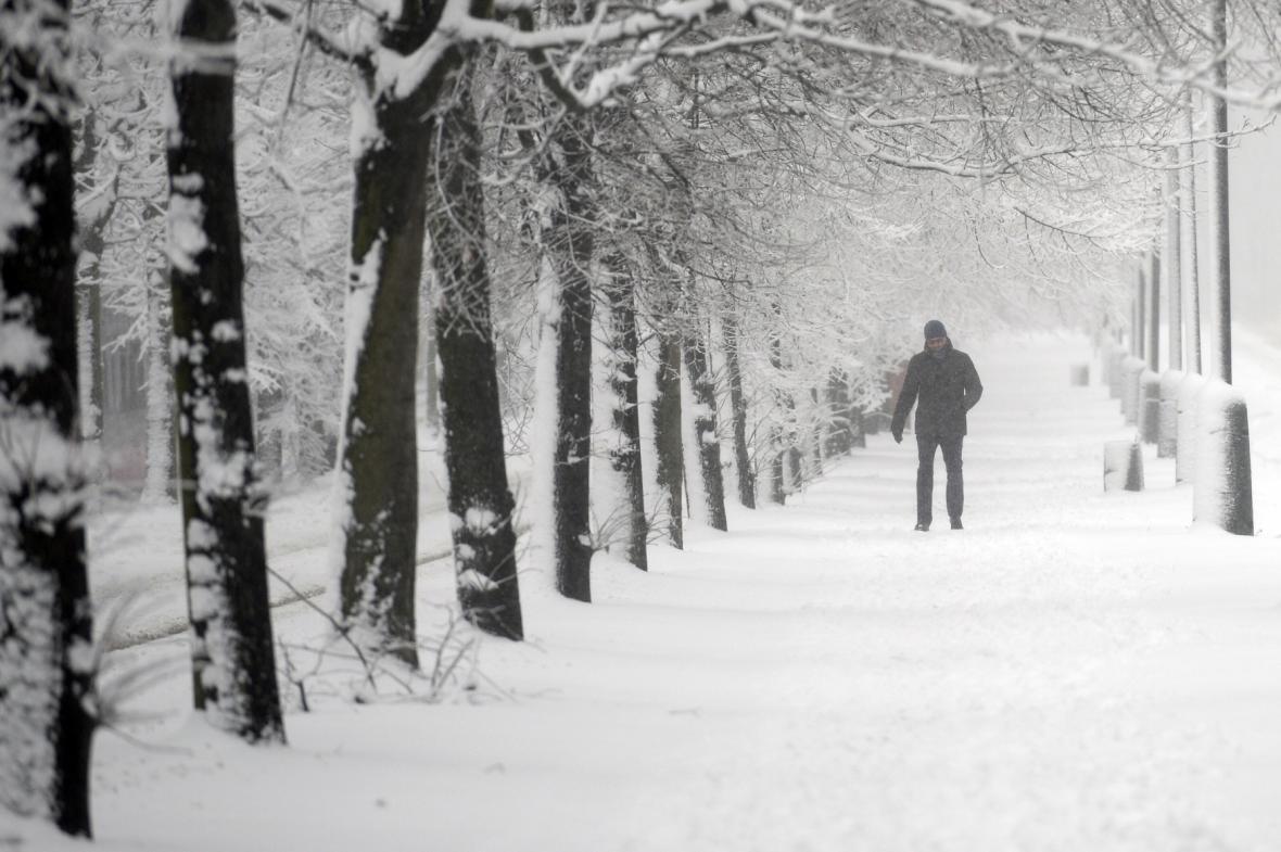 Husté sněžení se nevyhnulo ani Praze