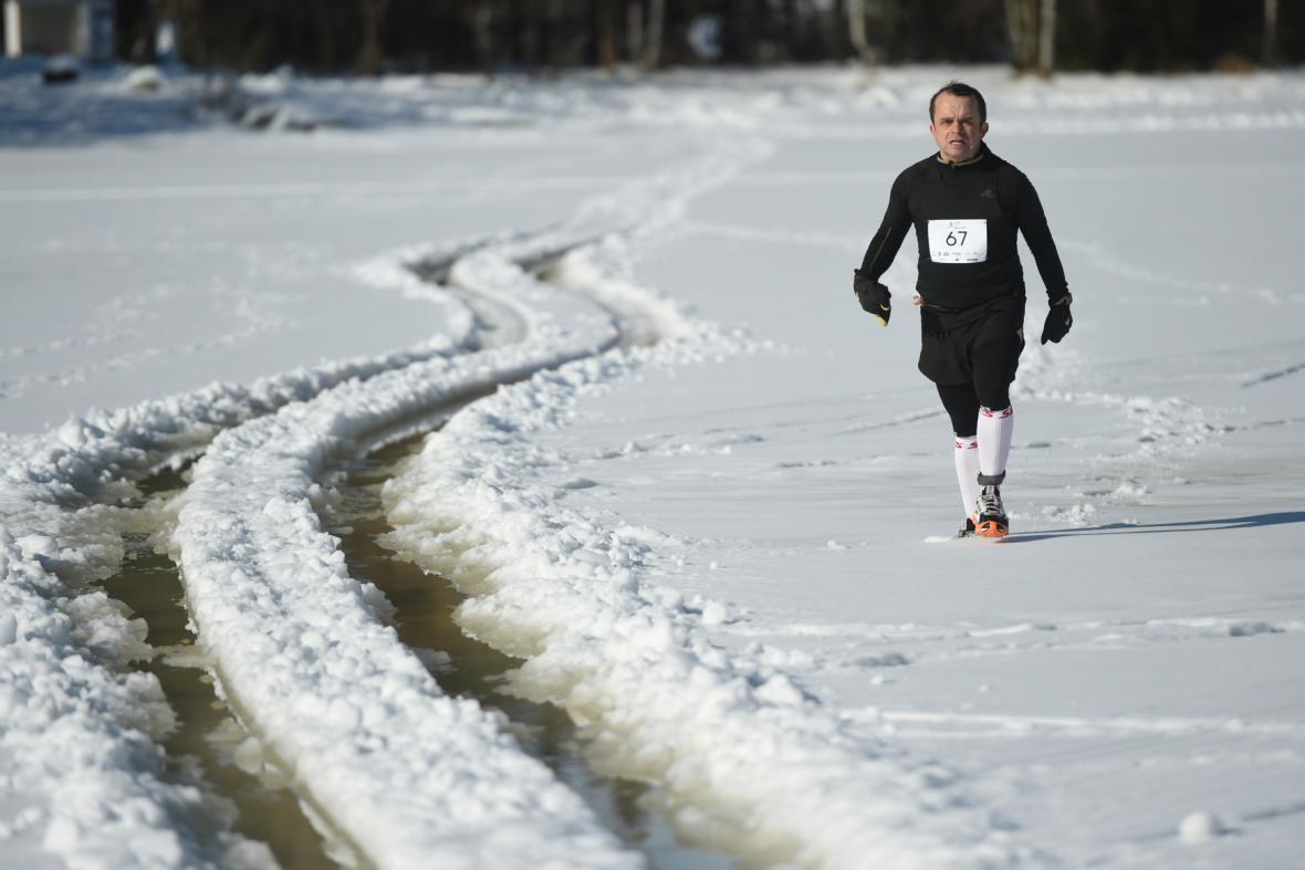 Zamrzlé Lipno se čtvrtým rokem proměnilo v běžeckou dráhu maratonců