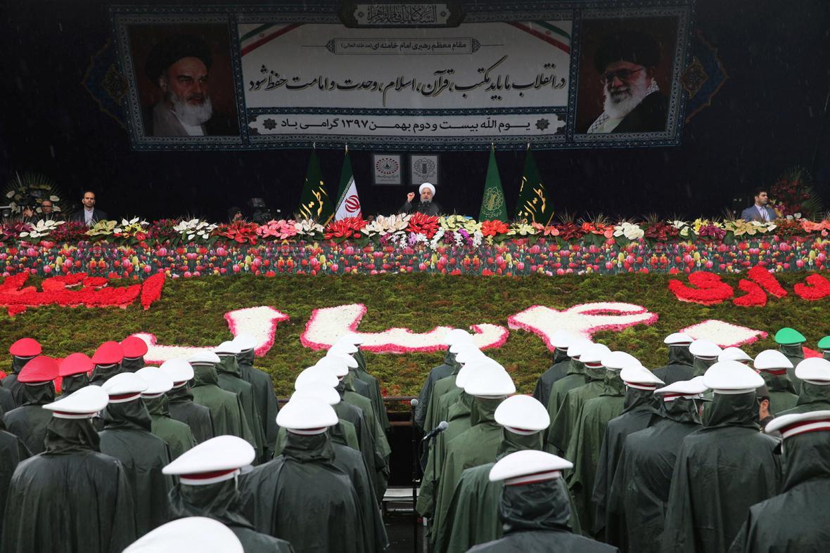 Íránci se účastní slavnostního ceremoniálu ke 40. výročí islámské revoluce na teheránském náměstí Svobody.