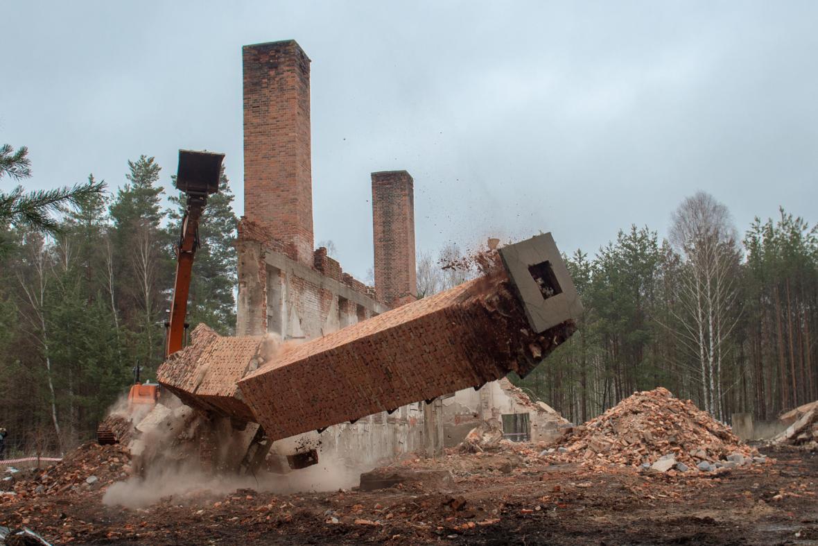 Bourání komínů v bývalém výcvikovém prostoru Ralsko