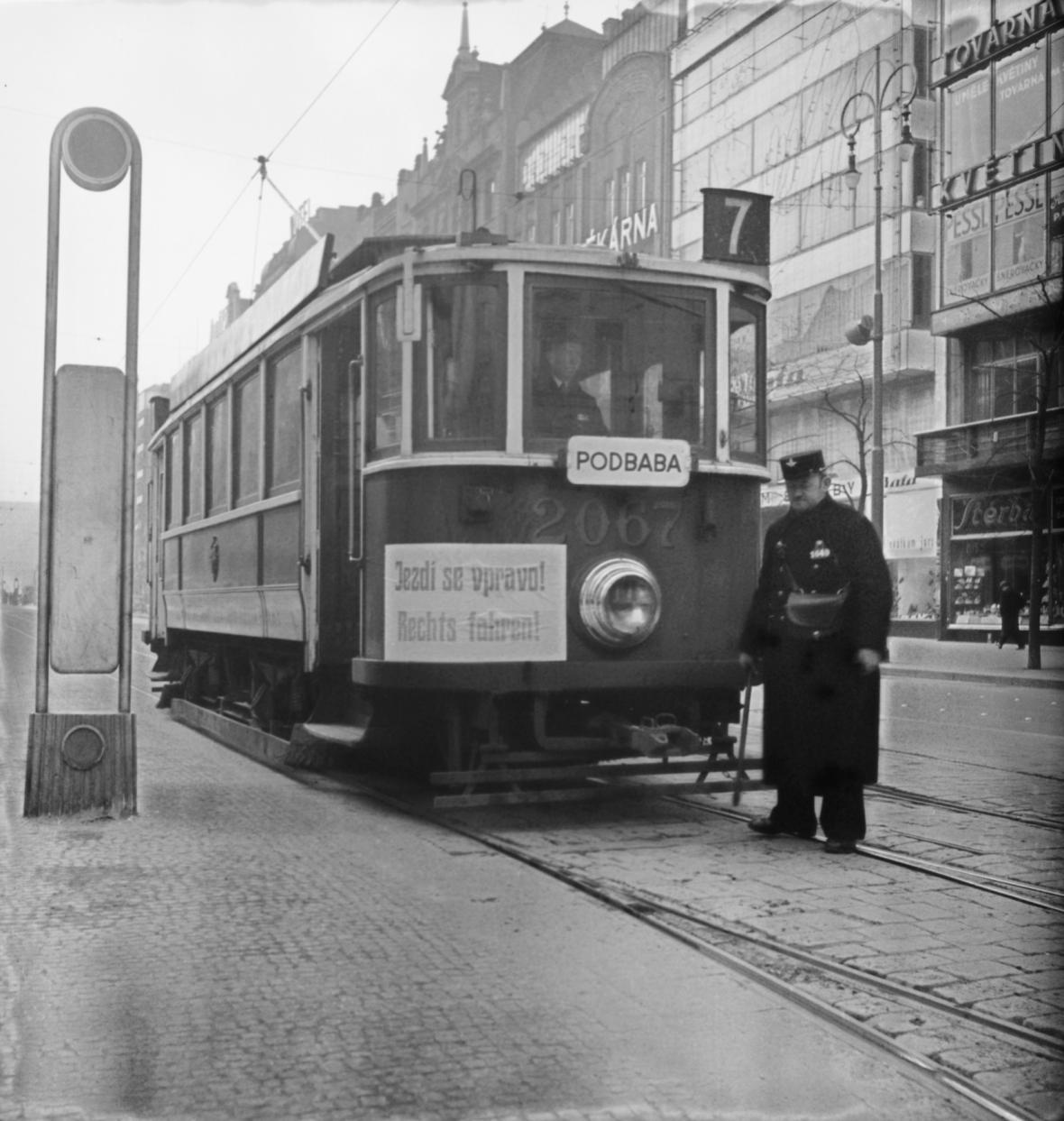 Tramvaj na Můstku s českým a německým nápisem oznamujícím jízdu vpravo