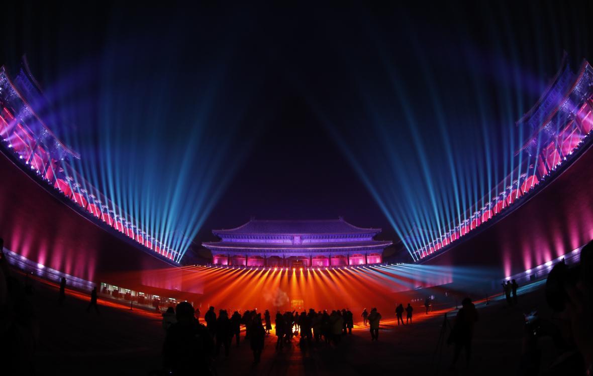 Palácové muzeum v Pekingu v nočním nasvícení během Latern festivalu 2019