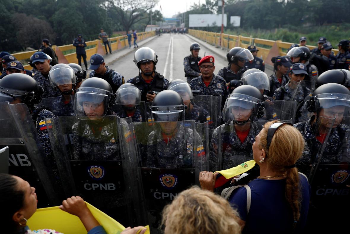 Stoupenci opozice se dožadují přejít uzavřený hraniční most Simona Bolívara