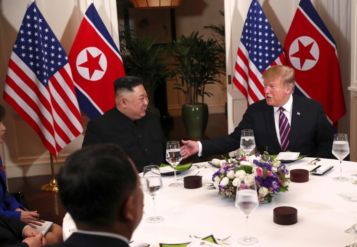 Trump a Kim při společné večeři