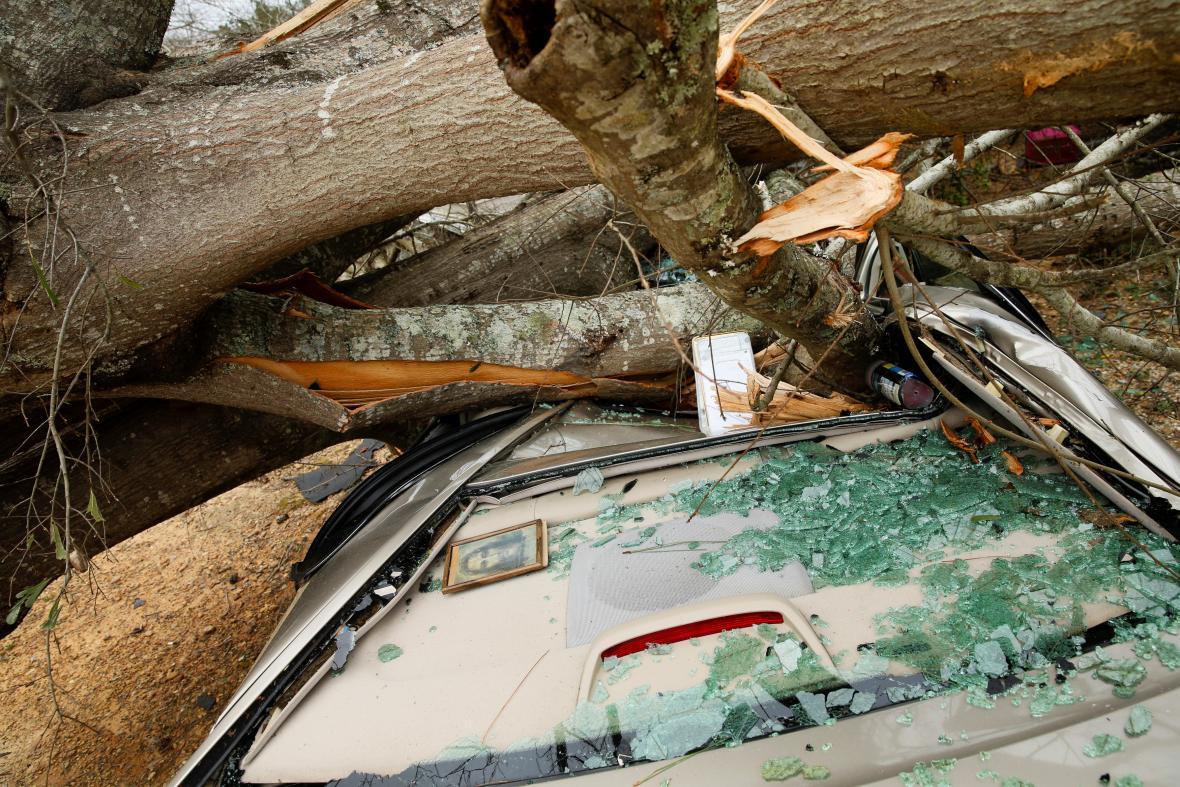 Následky tornáda v oblasti Lee County v Alabamě