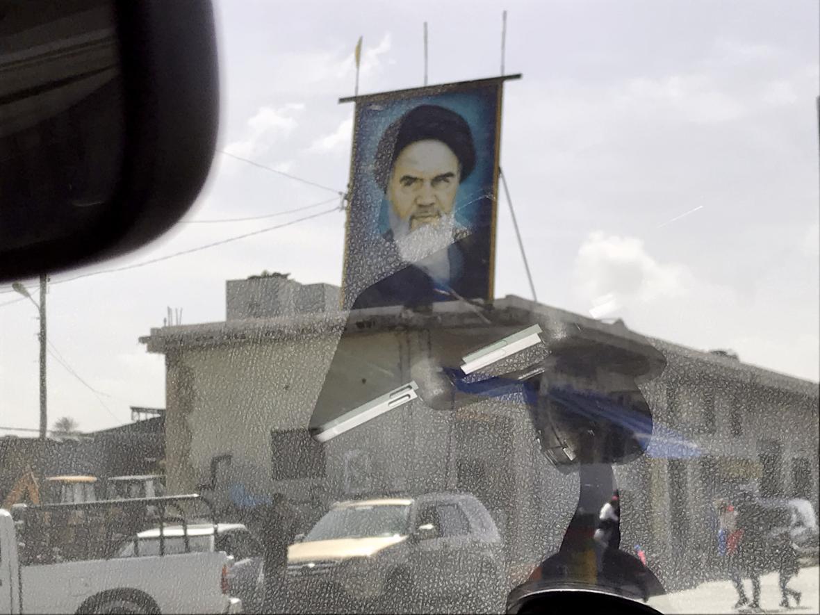 Portrét Chomejního při cestě do jiholibanonského Týru