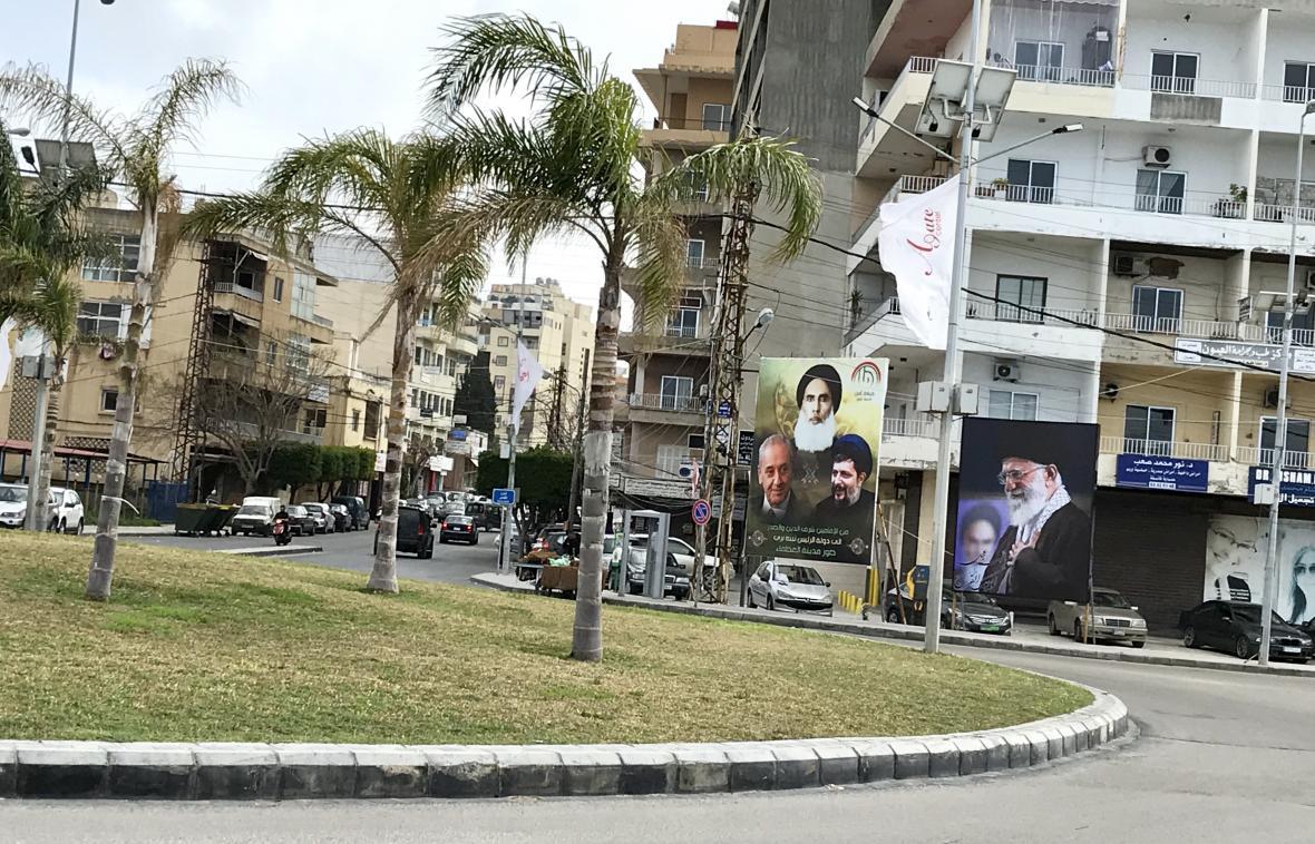 Plakáty šíitských představitelů v Týru - vpravo Chameneí