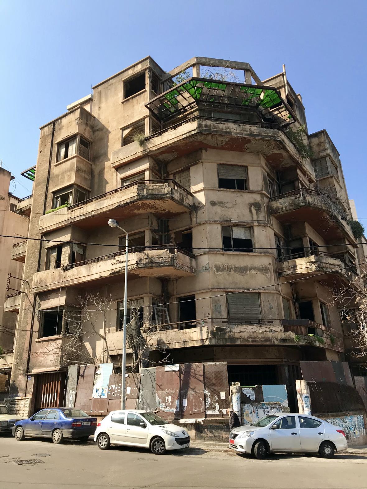 Jeden z chátrajících domů u centra Bejrútu
