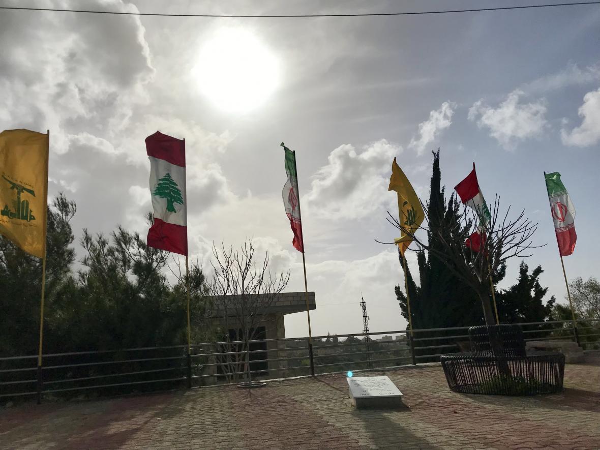 Vlajky Hizballáhu, Libanonu a Íránu při cestě do jiholibanonské Kany