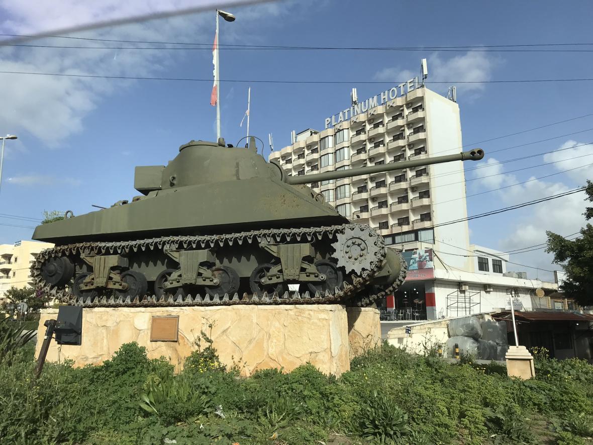 Na jihu Libanonu lze spatřit jednotky OSN, ale i třeba vystavený tank