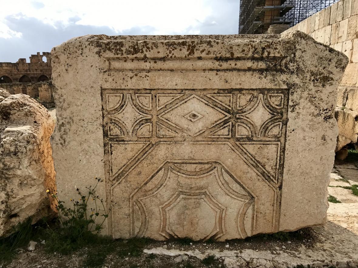 Turisté si na Baalbeku mohou prohlédnout zbytky staveb velmi zblízka