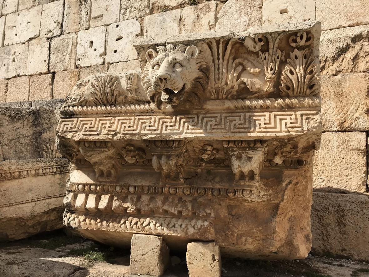 Detaily starobylých staveb na Baalbeku jsou fascinující