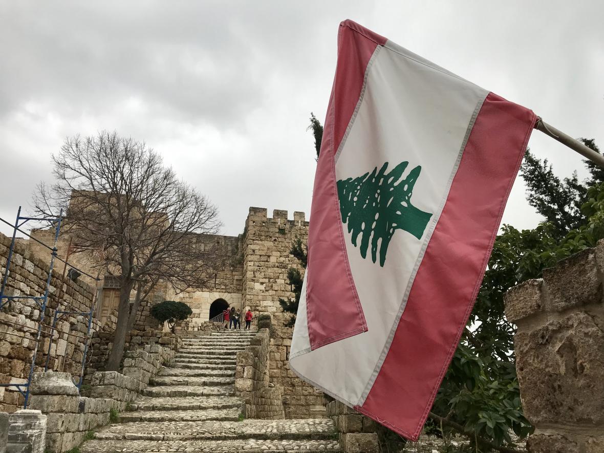 Libanonská vlajka vlající u křižáckého hradu v Byblosu
