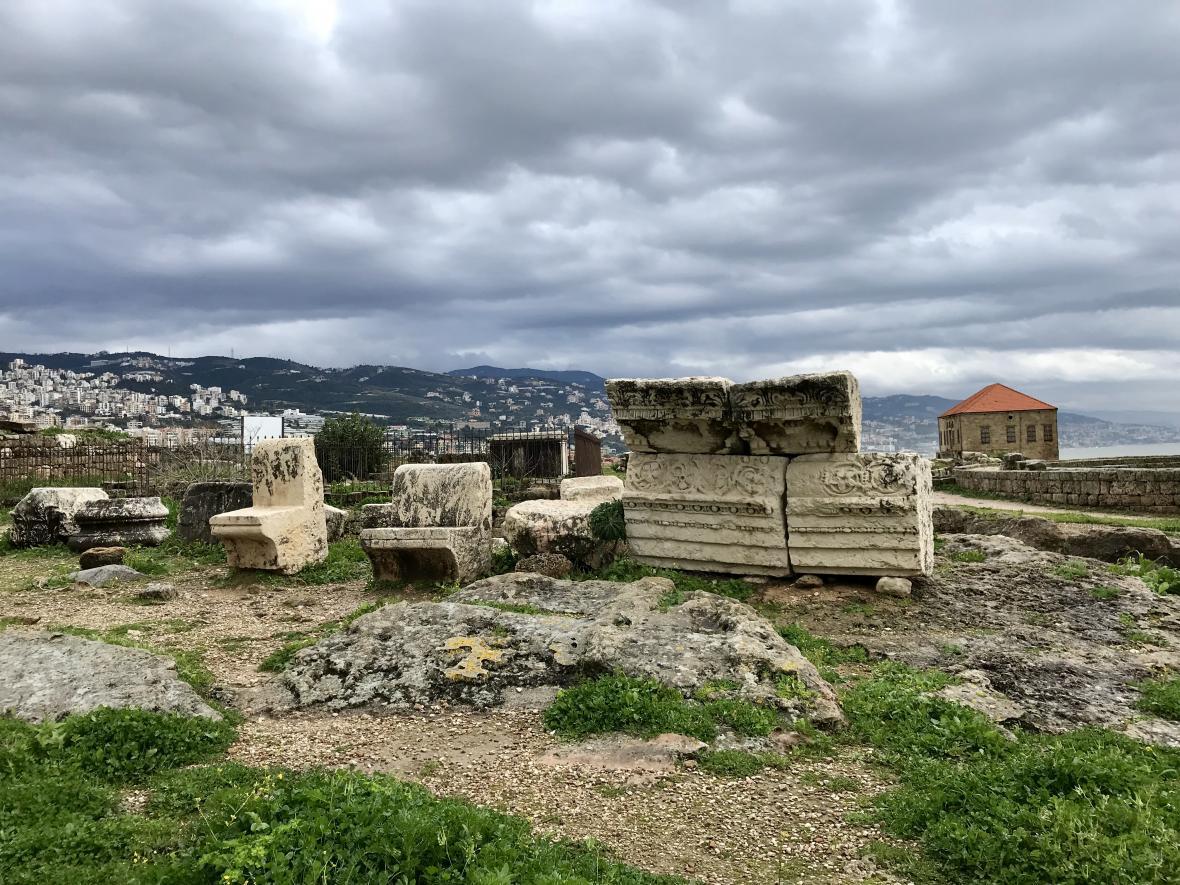 Mezi ruinami starobylého města se chodí po úzké cestě