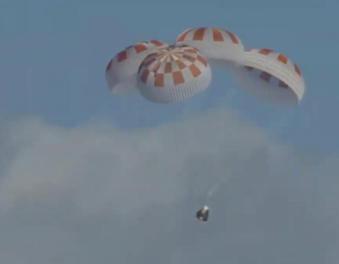 Přistání pilotní kabiny Crew Dragonu
