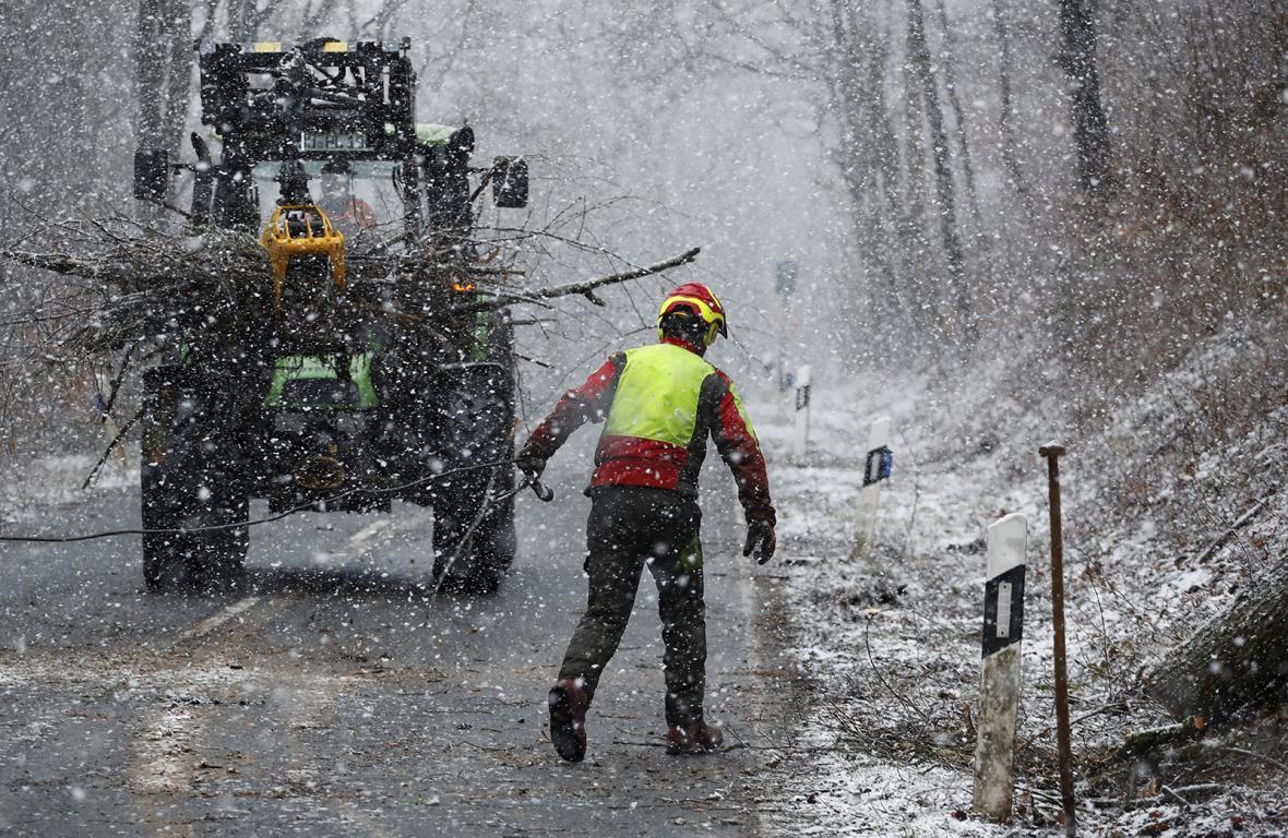 Odstraňování padlých stromů ze silnice po bouři Eberhard u Bad Honnef jižně od Bonnu, Německo.