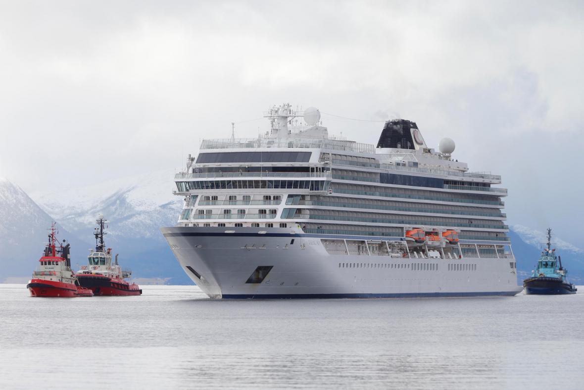 Loď Viking Sky u norských břehů