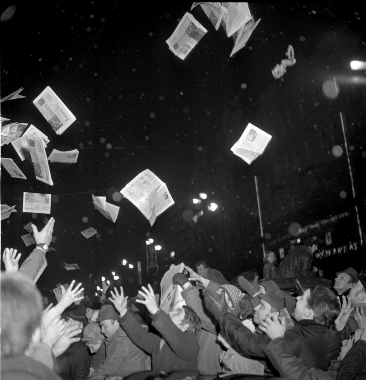 Bouřlivé oslavy na Václavském náměstí