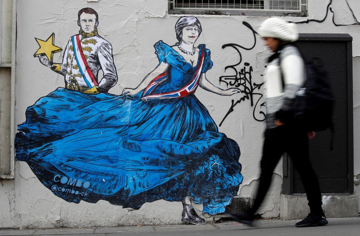 Macrona a Mayovou zachytil francouzský streetartový umělec Combo
