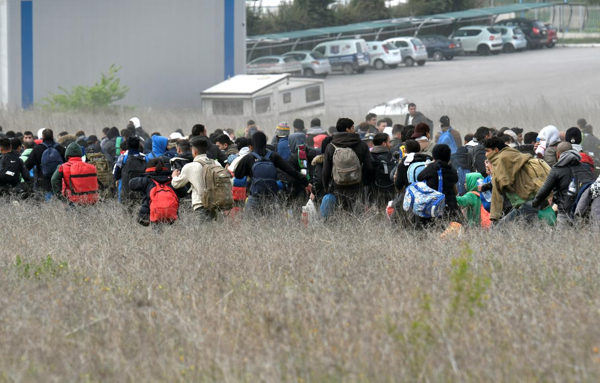 Migranti u uprchlického tábora Diavata poblíž Soluně