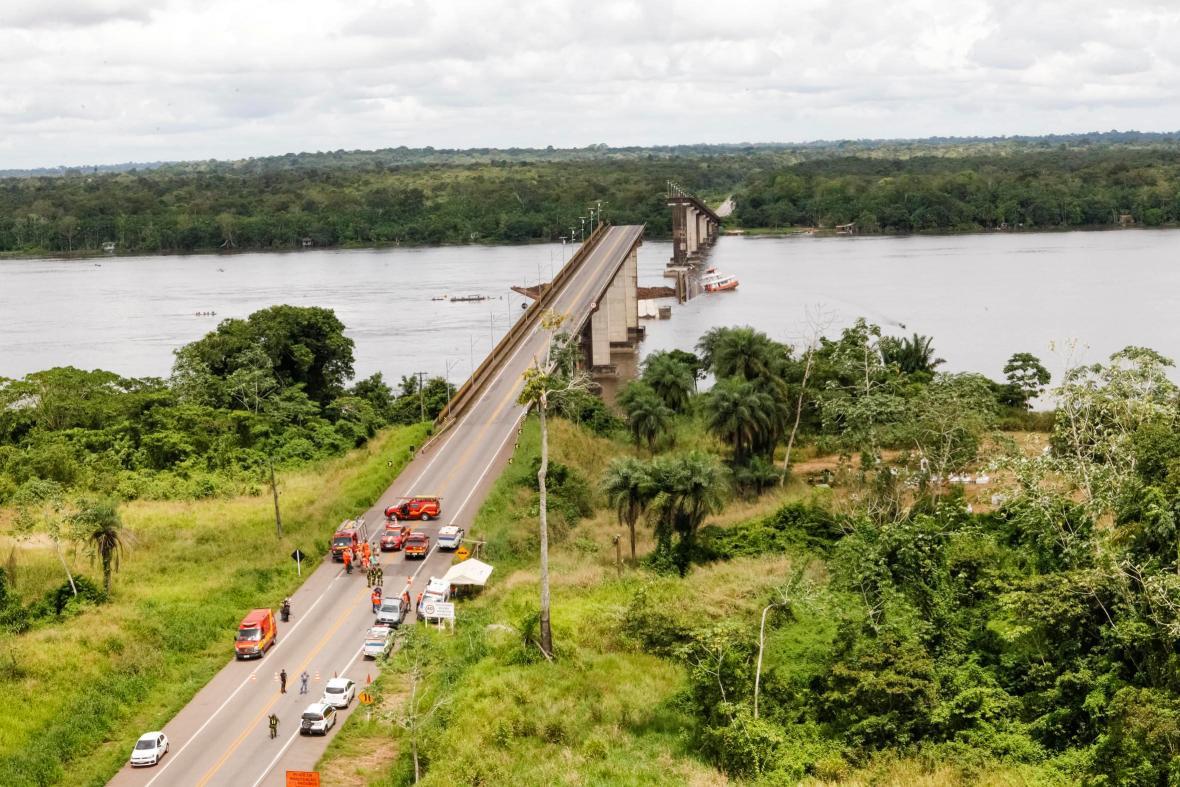 Po nárazu lodi se zřítil most do řeky