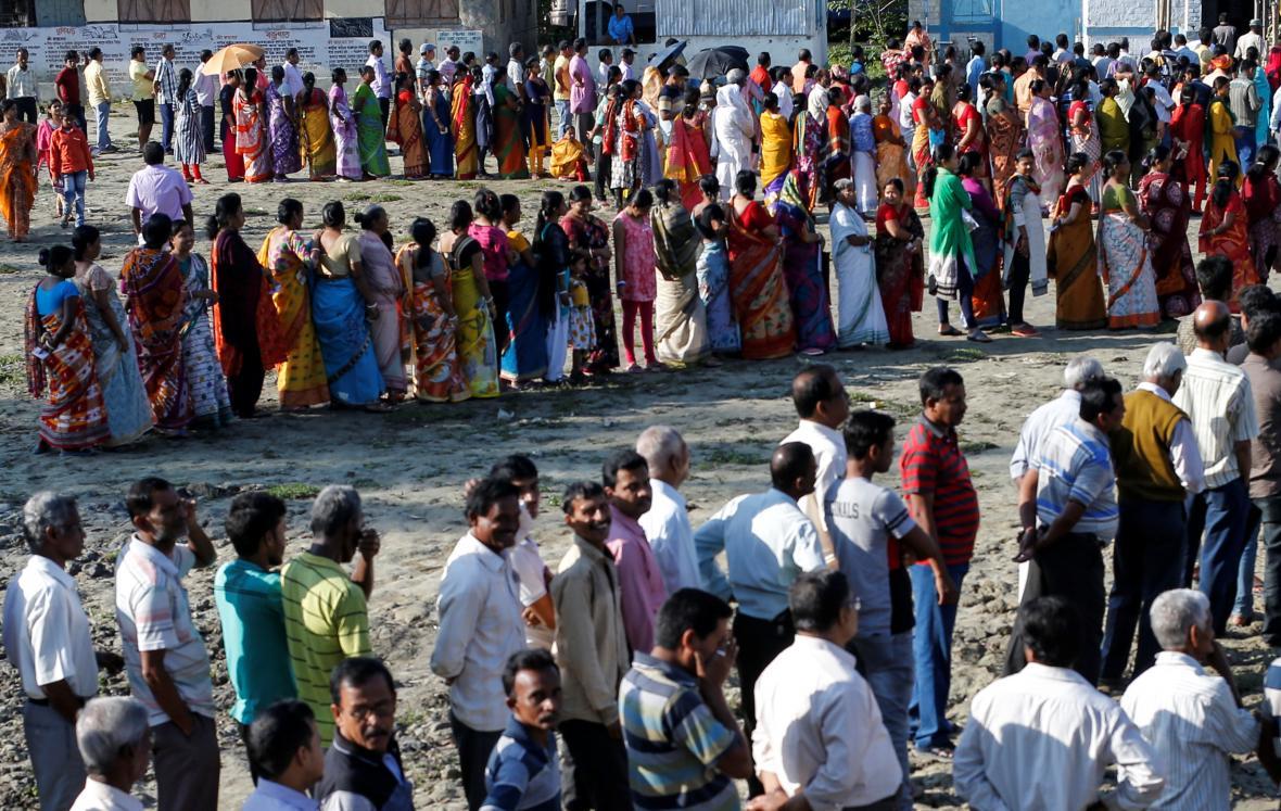 Hlasování začalo mimo jiné v Západním Bengálsku, před volebními místnostmi se tvořily fronty