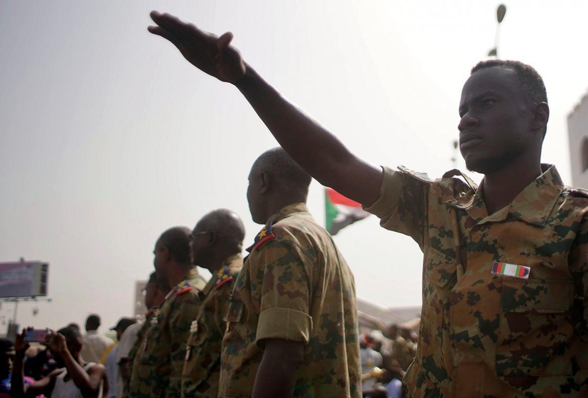 Súdánský prezident Bašír byl zatčen. Zemi povede příští dva roky vojenská rada