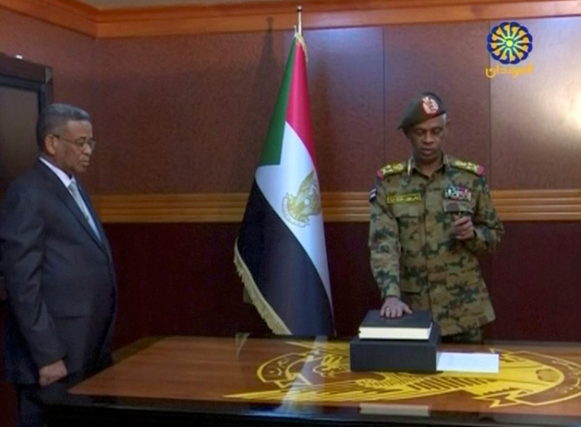 Ministr obrany Avad ibn Auf se stává šéfem přechodné vojenské rady Súdánu
