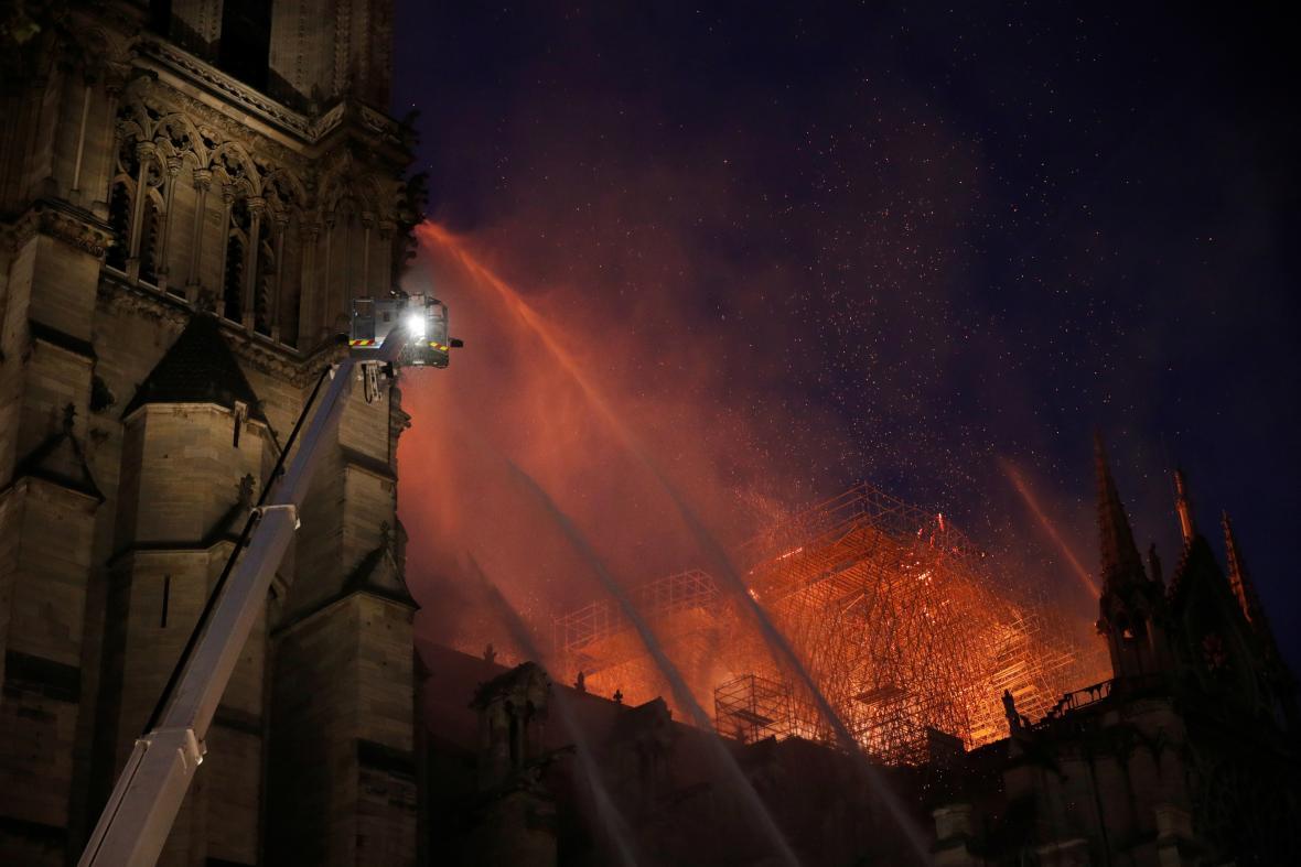 Hasiči bojují s požárem katedrály Notre-Dame v Paříži