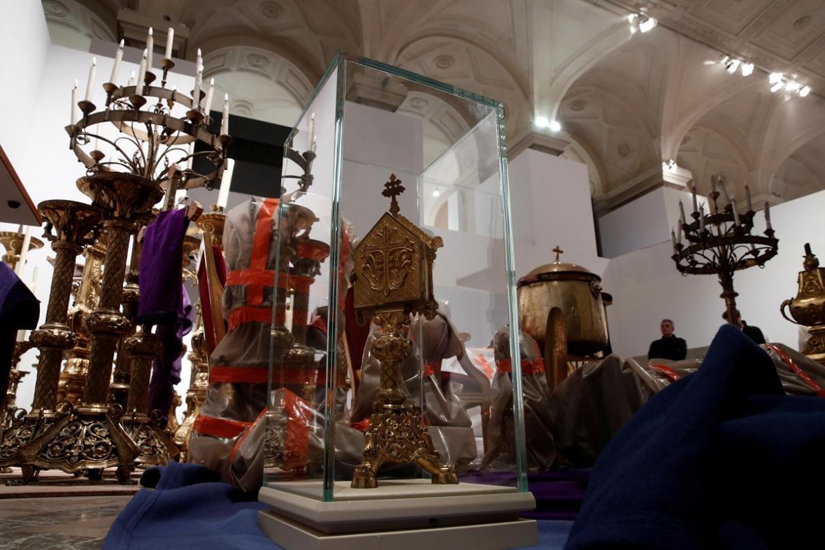 Požár v katedrále Notre Dame: Jaké artefakty se podařilo před ohněm uchránit