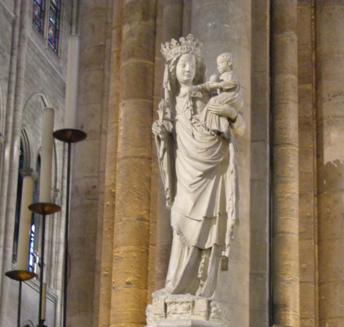 Nejvzácnější památkou je trnová koruna, která, jak věří katolíci, byla položena na hlavu Ježíše Krista těsně před ukřižováním. Skládá se z věnce o průměru 21 centimetrů z propletených větviček, na kterých byly trny propojené zlatou nití.
