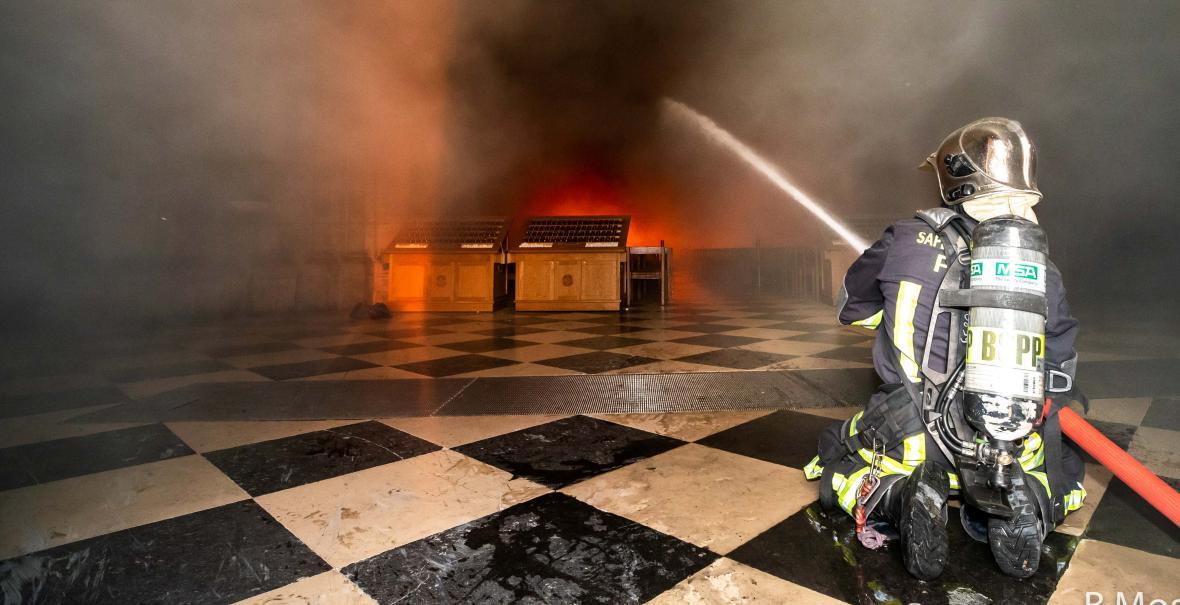 Zásah hasičů během pondělního požáru uvnitř katedrály Notre-Dame