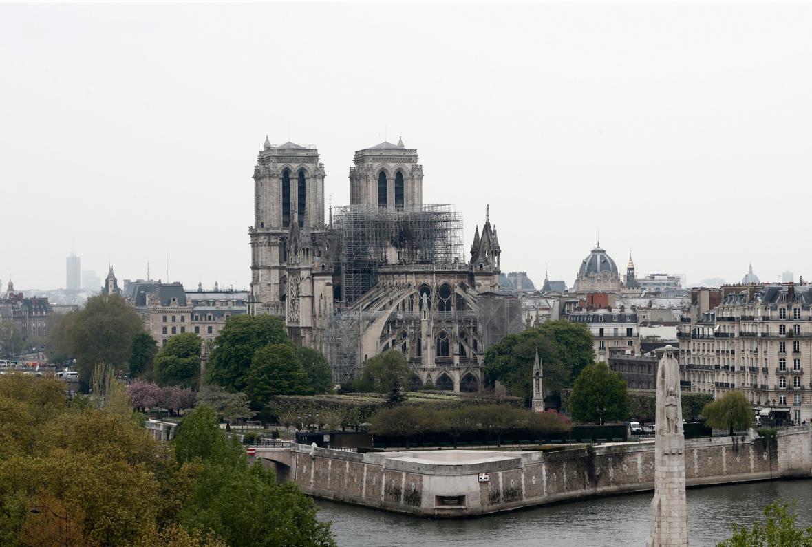 Pařížská katedrála Notre-Dame poničená požárem