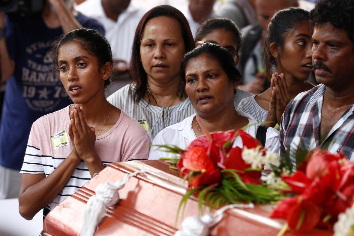 Lidé na Srí Lance se loučili s oběťmi teroristických útoků