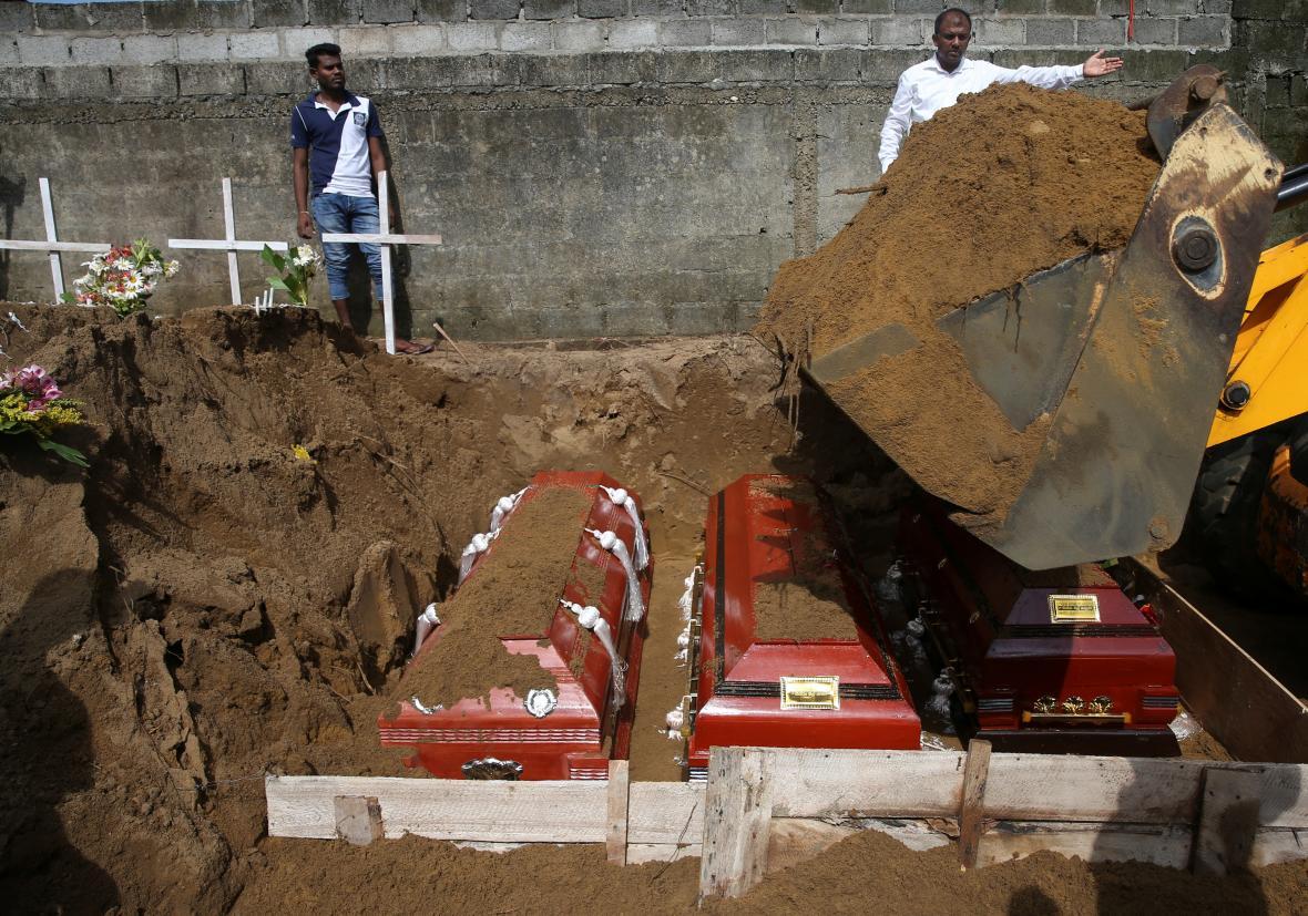 Muži koordinují masový pohřeb obětí, dva dny po sérii sebevražedných bombových útoků
