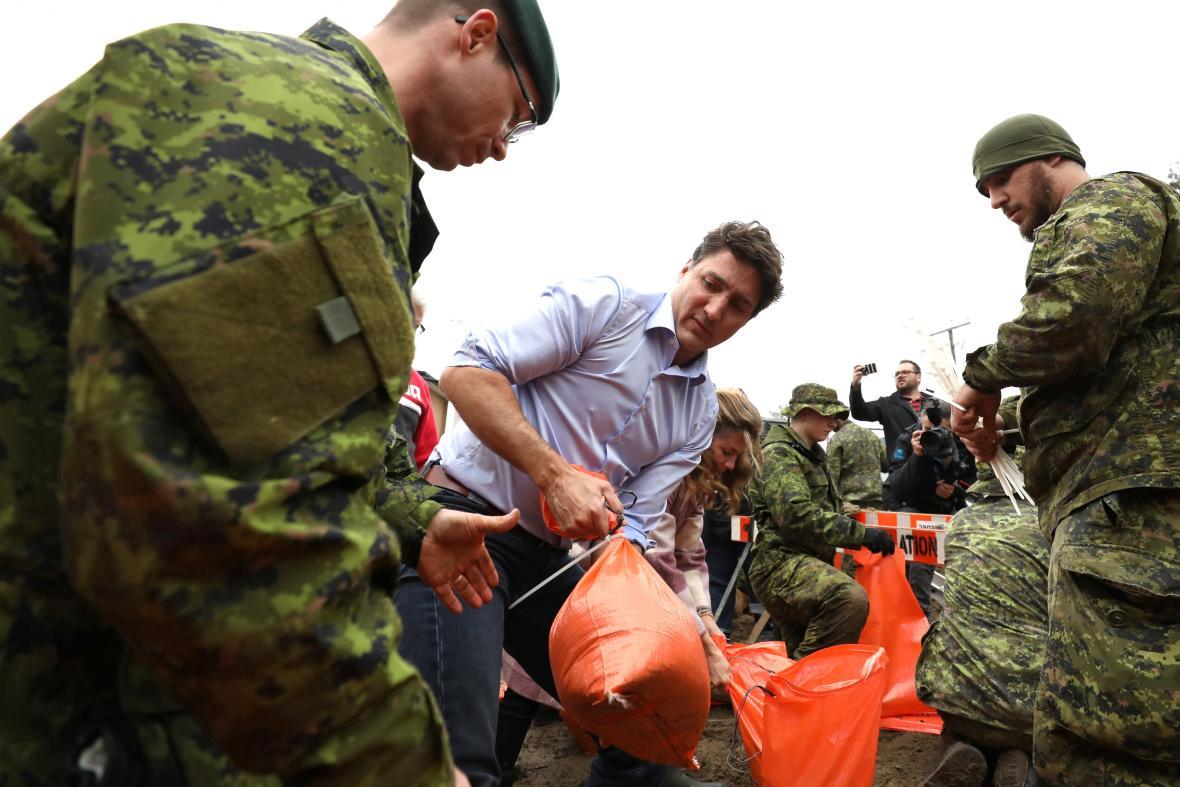 Premiér Trudeau při povodni