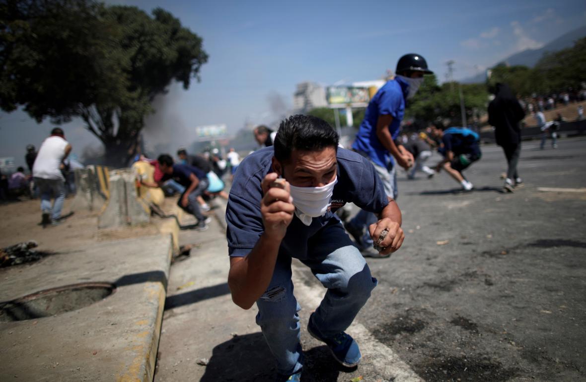 Demonstrace opozice v blízkosti letiště Generalisimo Francisco de Miranda