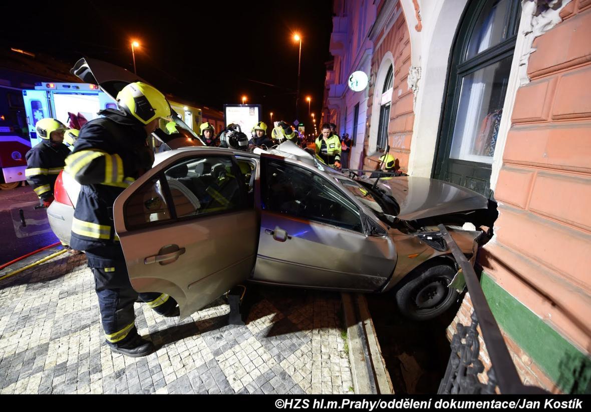 Nehoda tramvaje a auta v pražském Karlíně