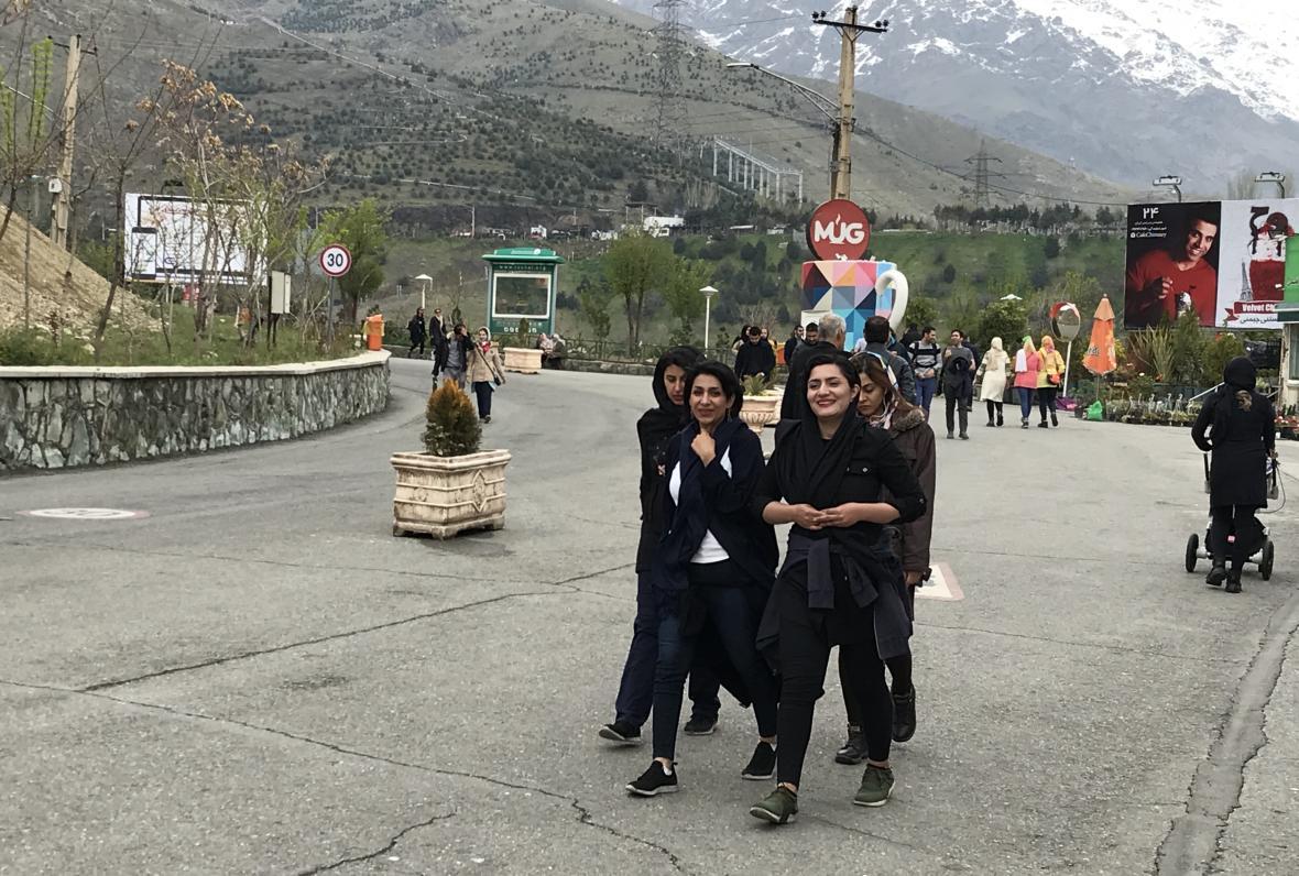 Některé mladé Íránky nosí šátky velmi volně