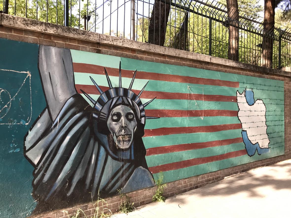 Zeď u bývalé americké ambasády v Teheránu