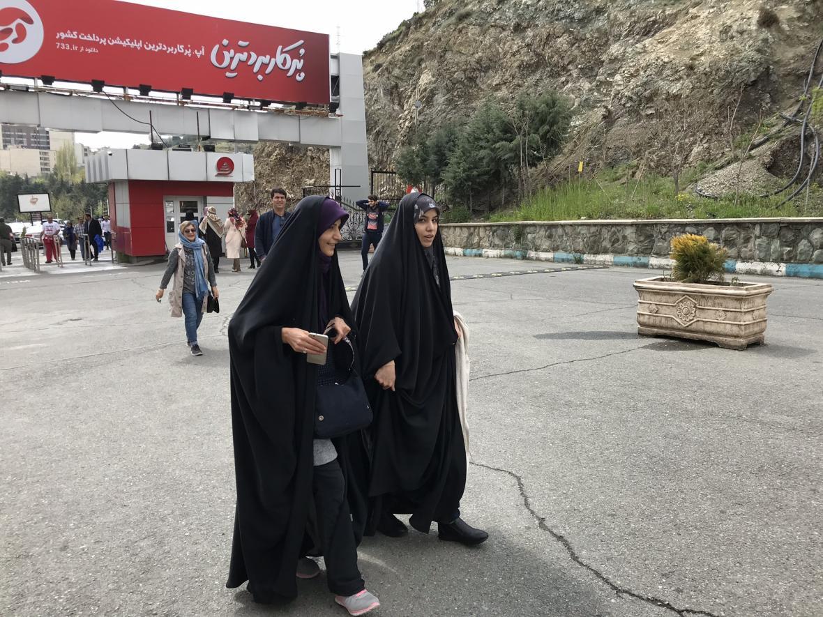 Některé Íránky vyrazili do hor v čádorech
