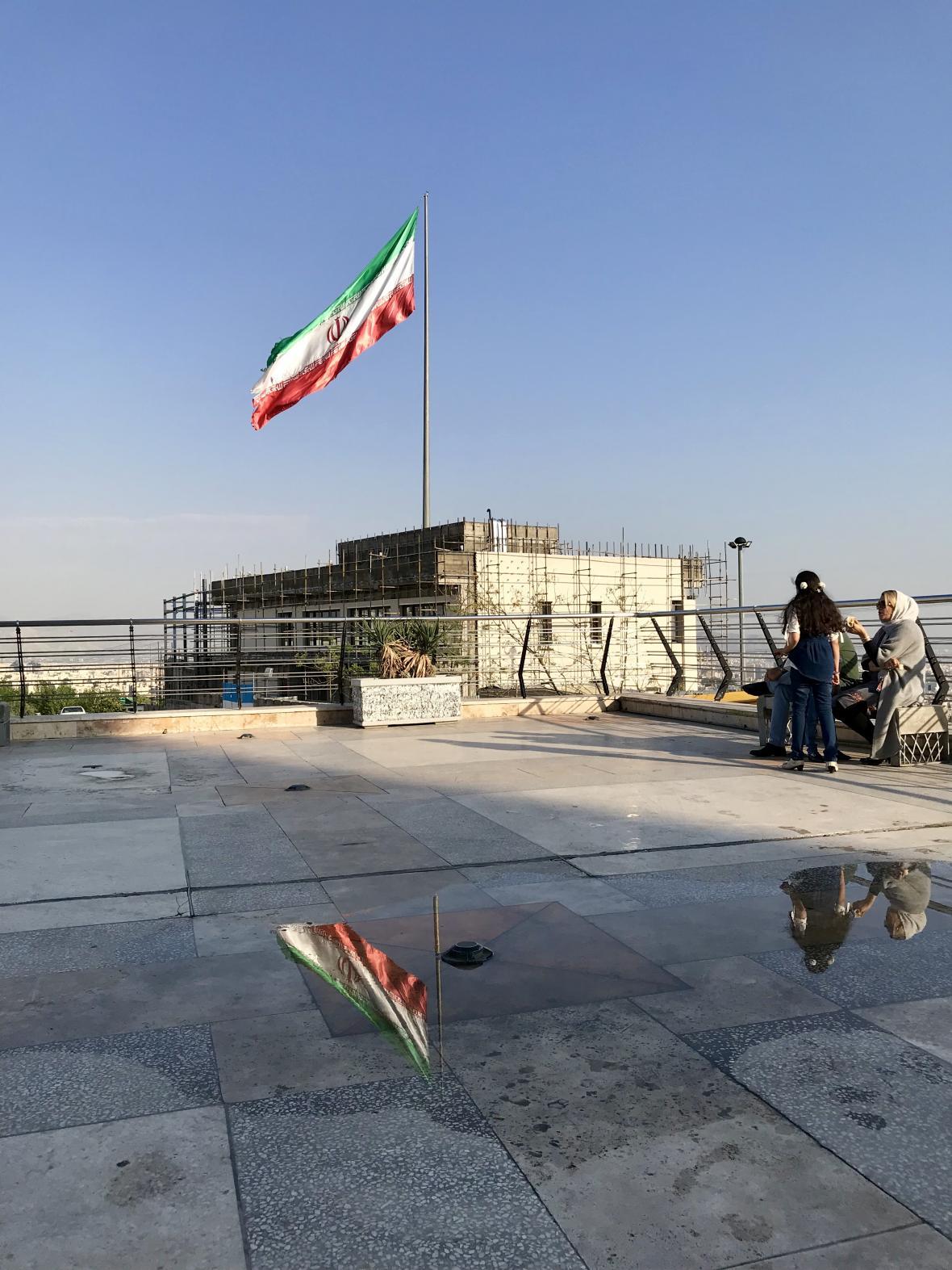 Íránská vlajka vlající u Milad Tower
