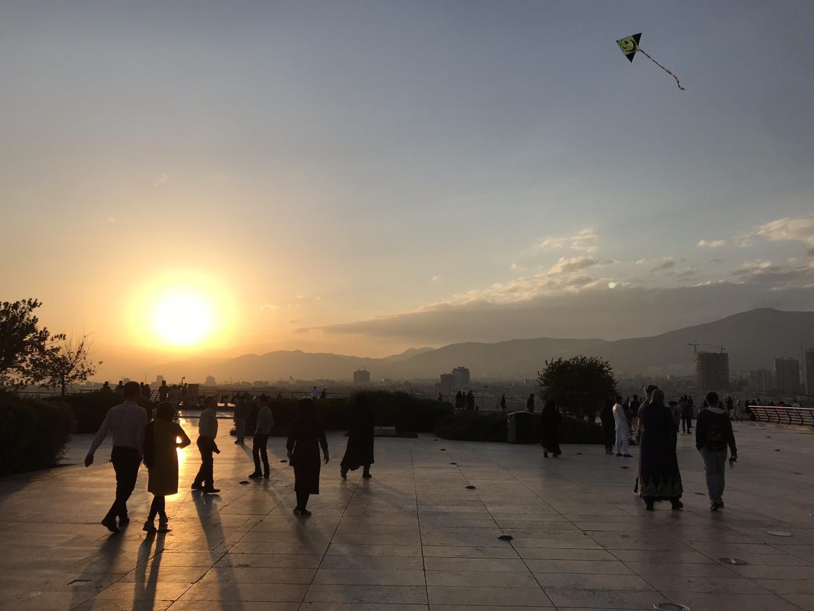 Mladí Íránci se u Milad Tower baví a pouštějí draky