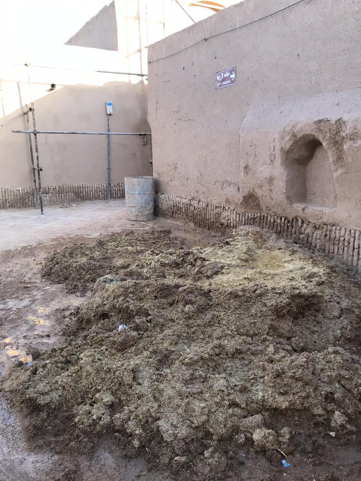 Zdi staveb v Jazdu tvoří hlína se slámou