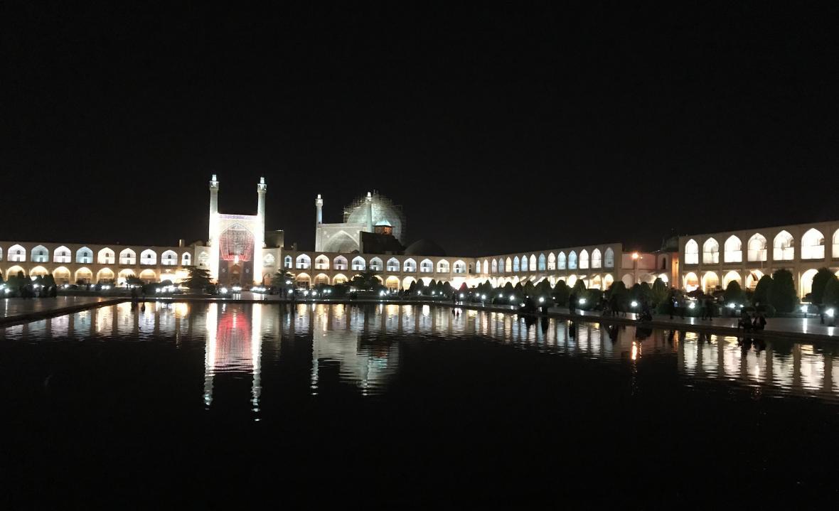 Noční centrum Isfahánu s modrou Šáhovou mešitou