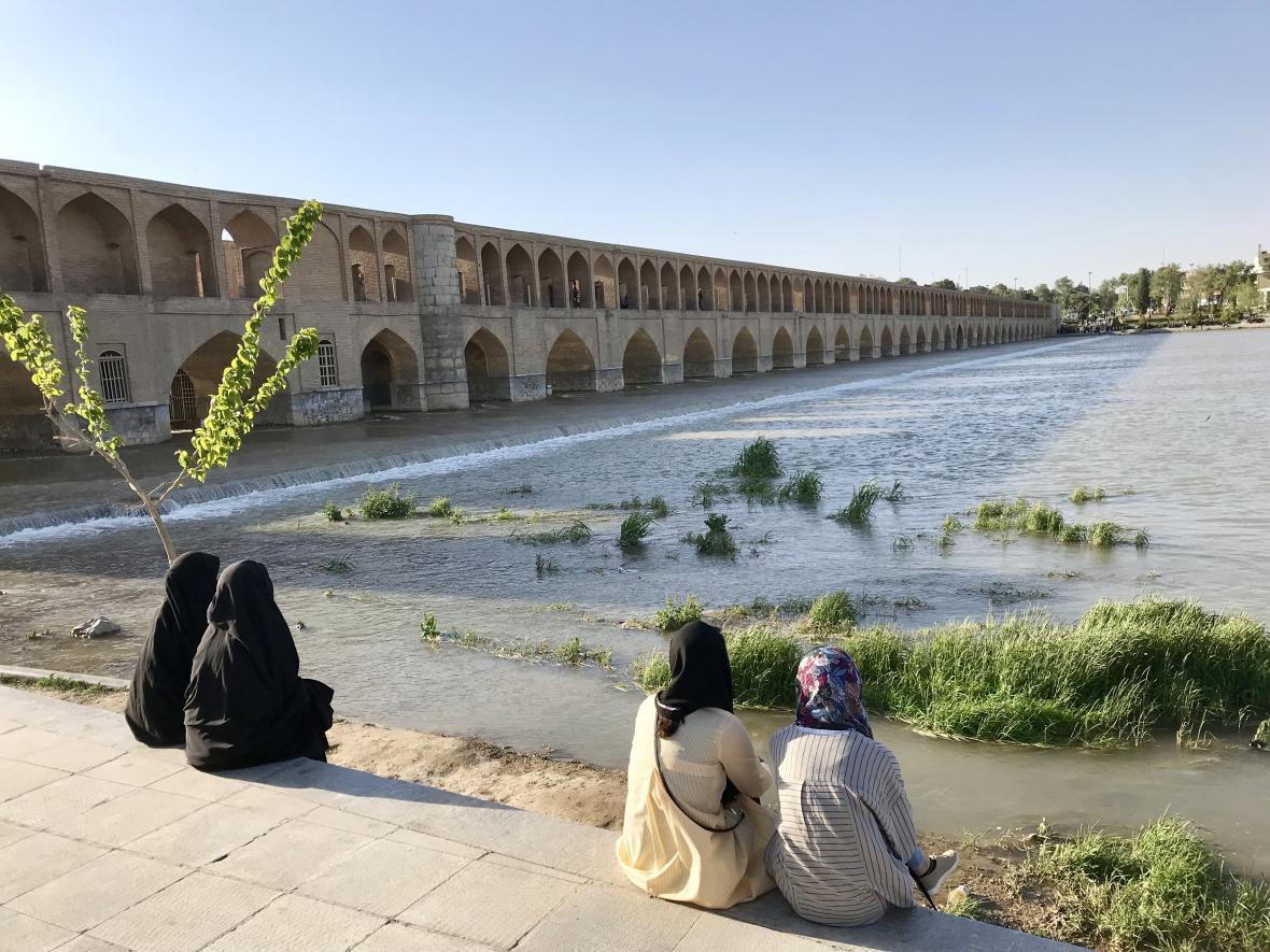 Na promenádě u Mostu 33 oblouků se scházejí různě zahalené ženy