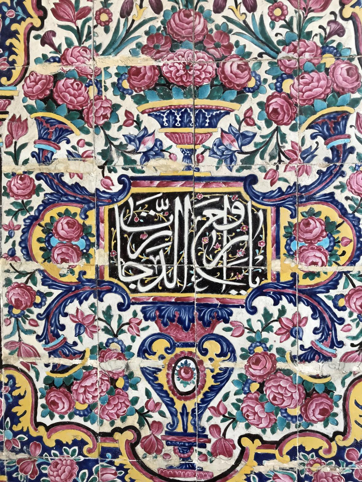 Mozaiky v Růžové mešitě v Šírázu