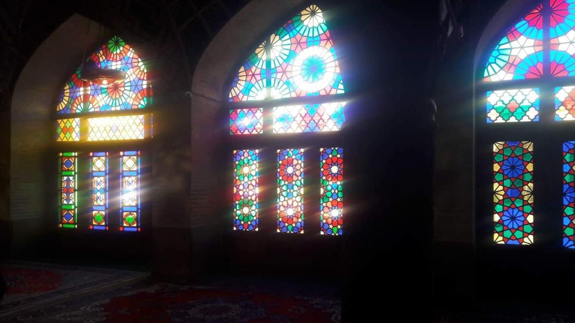 Barevné vitráže v Růžové mešitě