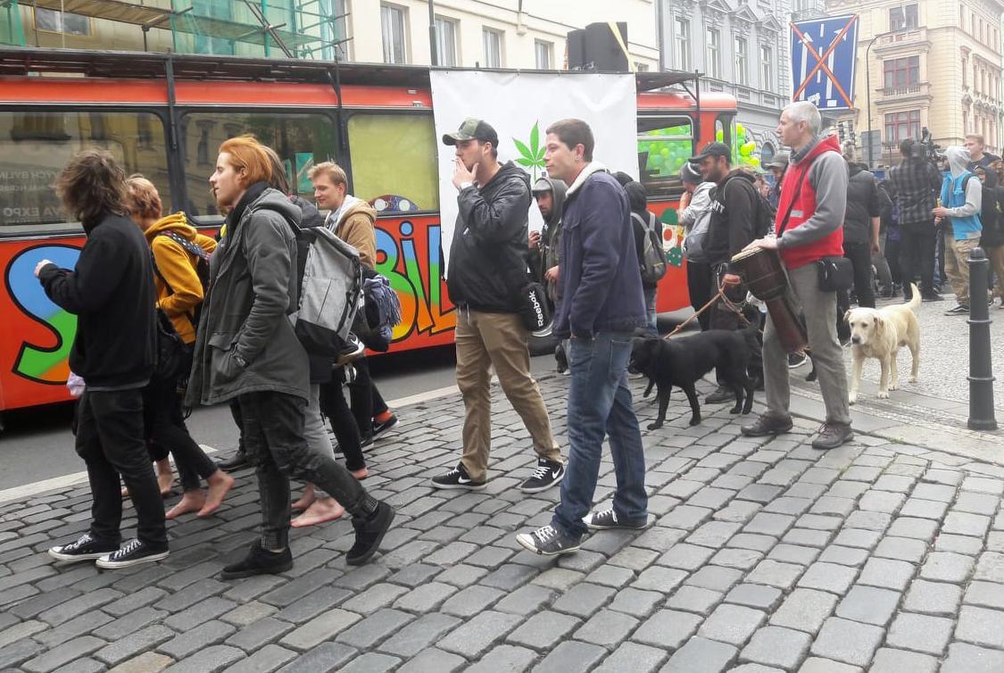 Stovky lidí se v Praze zapojily do průvodu za legalizaci konopí